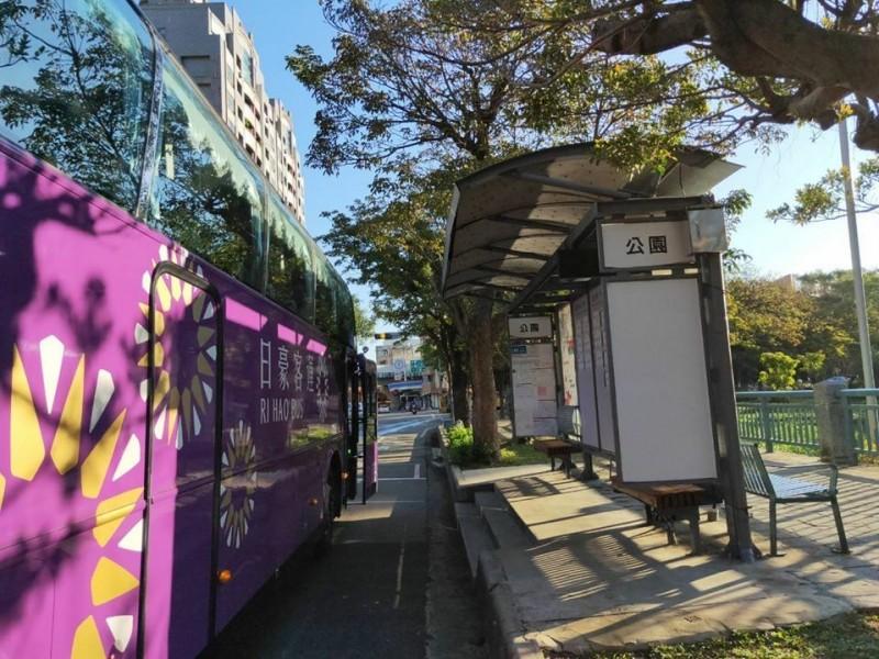 新竹到桃園機場國道的日豪客運,受疫情影響減班苦撐。(照片由業者提供)