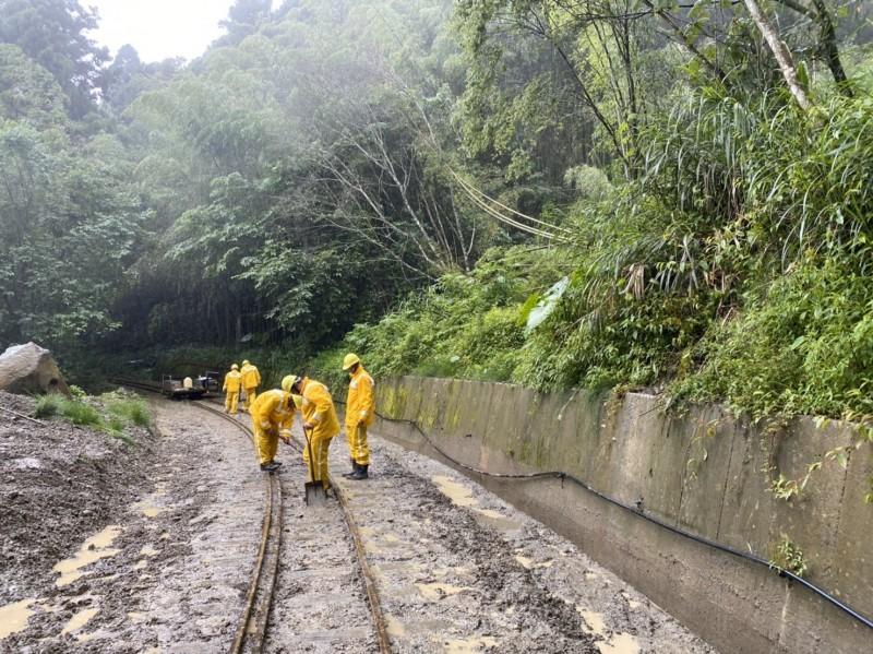 阿里山林鐵道班人員假日冒雨清理路線。(記者蔡宗勳翻攝)