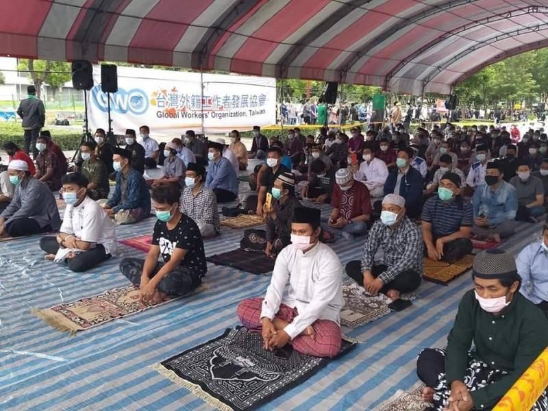 今是穆斯林1年1度開齋節,許多移工及教徒一早就聚集在台北車站戶外行旅廣場,輪流入場祈禱,作為慶祝開齋月結束。(台灣外籍工作者發展協會提供)
