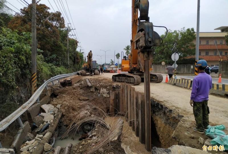 南化聯通管爆管漏水,水公司緊急搶修中。(記者陳文嬋攝)