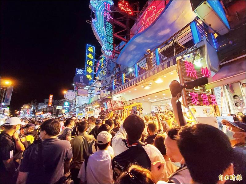 指揮中心指揮官陳時中造訪墾丁大街,超高人氣吸引大批民眾爭相拍照。 (記者林惠琴攝)