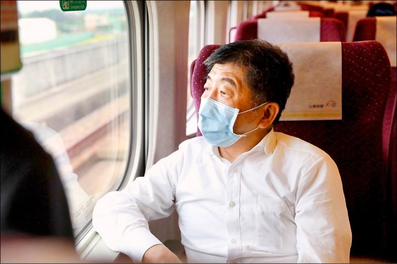 中央流行疫情指揮中心指揮官陳時中23日搭乘高鐵南下,示範防疫旅遊,陳時中表示,心情很興奮;他也說,高鐵雖人多,但大家都有戴口罩、保持安全距離,可以放心。(指揮中心提供)