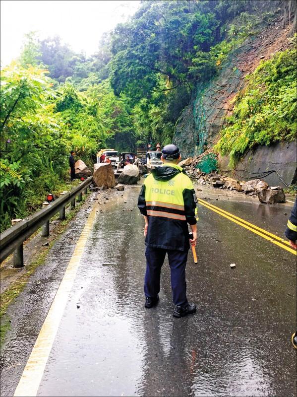 北宜公路昨因雨坍方,落石如「小山貓」大。(記者徐聖倫翻攝)