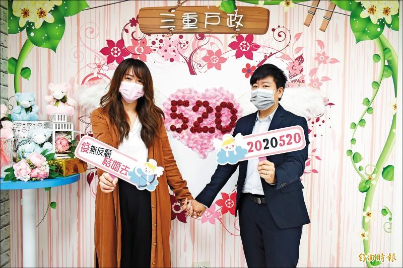 同婚生效今滿週年,新北累計760對登記,圖為在三重戶所辦理登記的同性伴侶。(記者何玉華攝)