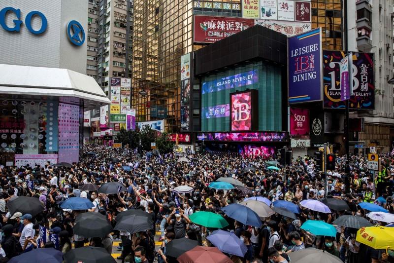 反對香港版國安法的群眾24日擠滿香港銅鑼灣街頭。(法新社)