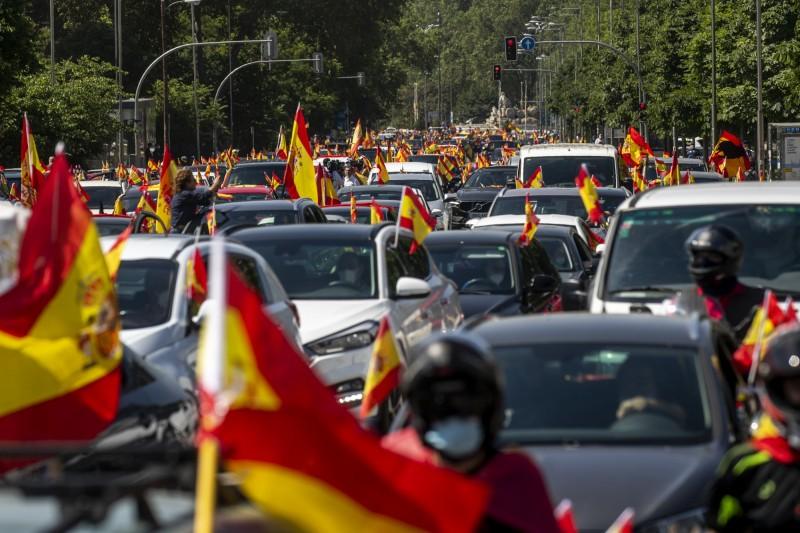 西班牙首都馬德里有大批民眾開車上街抗議政府封鎖,要求總理桑傑士下台。(美聯社)
