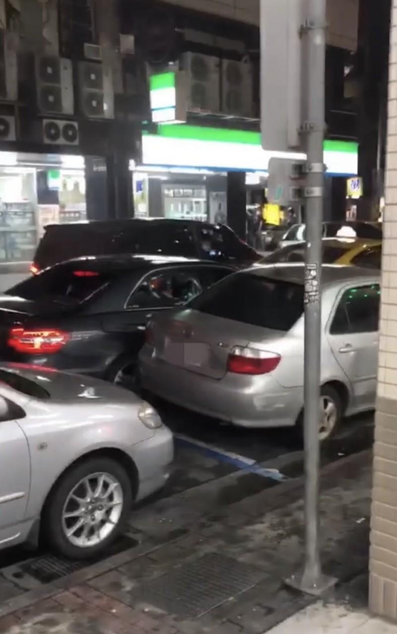 洪男轎車車窗被砸破。(記者王冠仁翻攝)