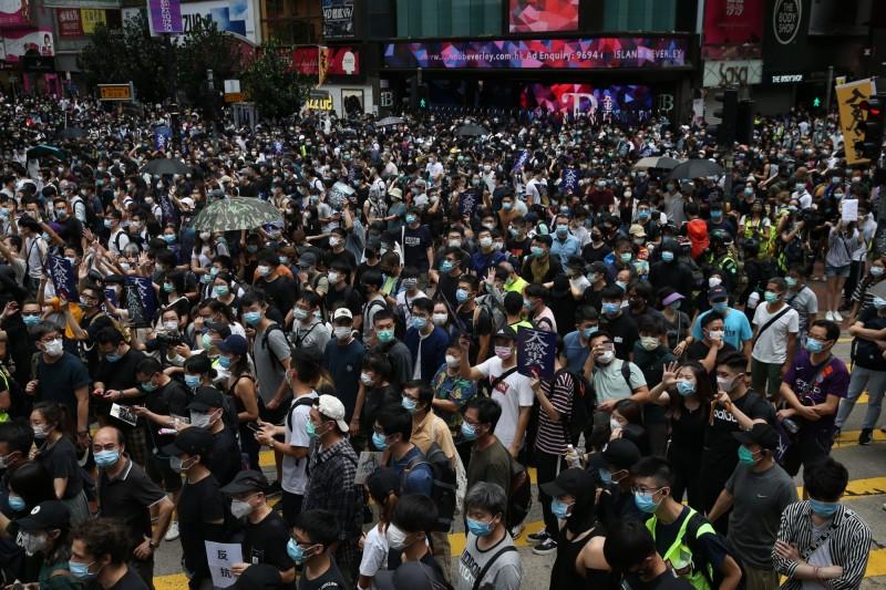 香港網友號召舉辦反惡法遊行,銅鑼灣現場人滿為患。(歐新社)