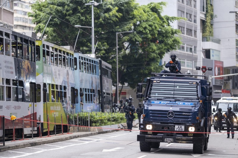 香港警方駕駛裝甲車向前推進。(彭博)
