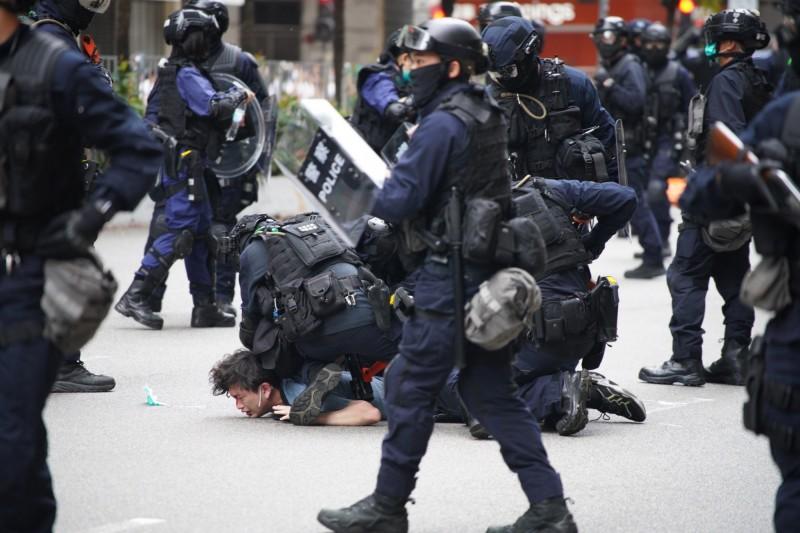香港民眾上街抗議港版國安法,港警則以催淚瓦斯、胡椒彈、水砲等強硬方法應對,目前更逮捕了120多人。(法新社)