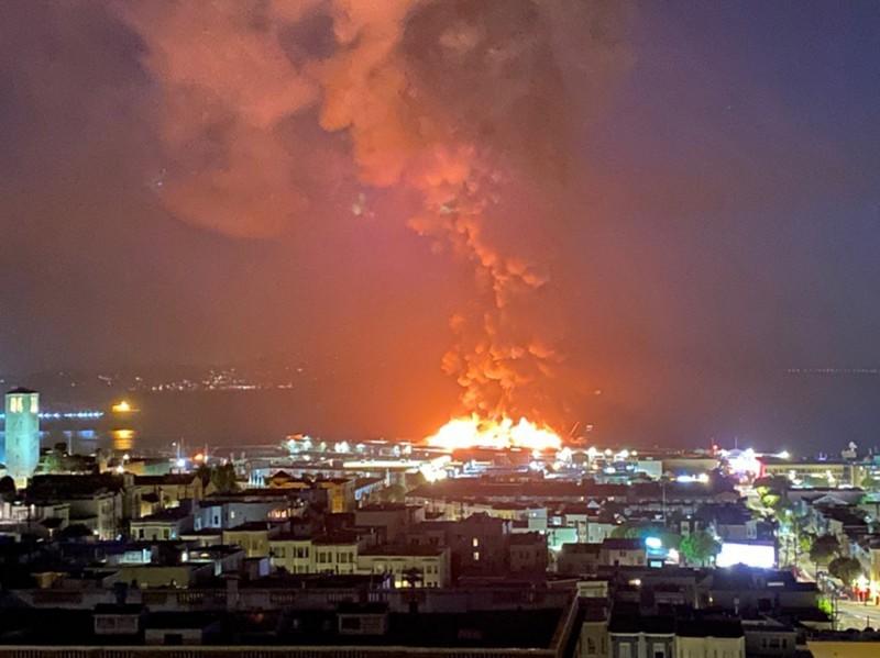 美國舊金山漁人碼頭23日凌晨發生大火,45號碼頭的倉庫有4分之1被燒毀,目前火勢已獲控制。(歐新社)