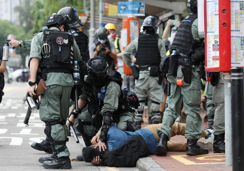 有民眾被防暴警察強壓在地面上。(歐新社)
