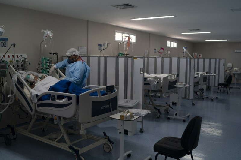 巴西累計確診數躍居全球第二高。圖為正在照料確診患者的巴西醫護人員。(美聯社)