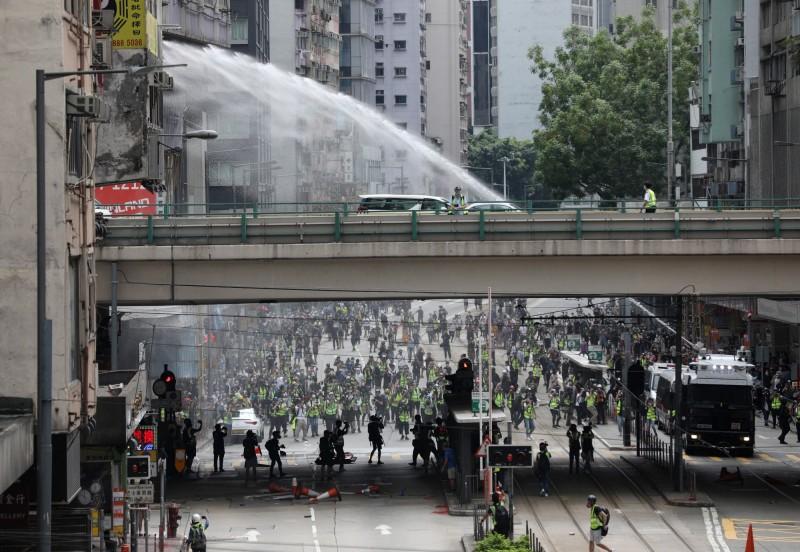 香港警方動用水炮車,發射水柱以驅散群眾。(歐新社)