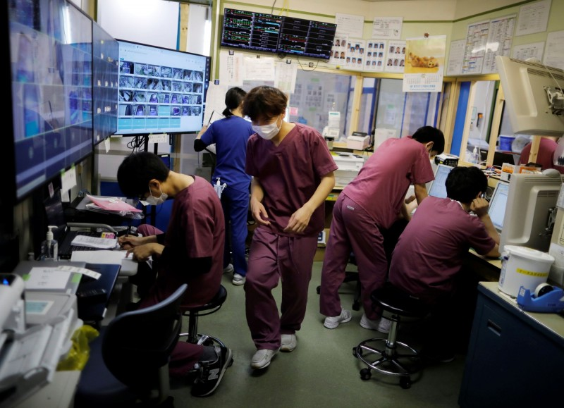 圖為日本川崎縣一間醫院中醫護工作情況。(路透)