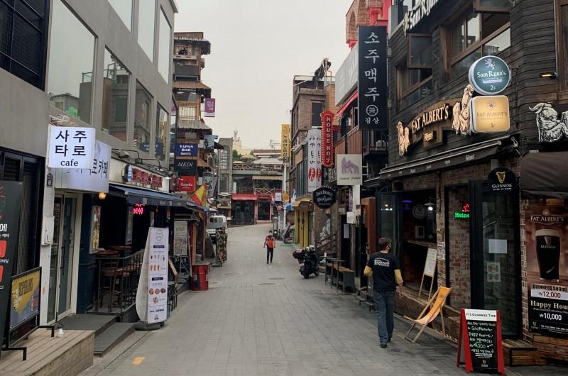 南韓首爾梨泰院夜店群爆發武漢肺炎群聚感染,目前已出現第5代病例。(路透)