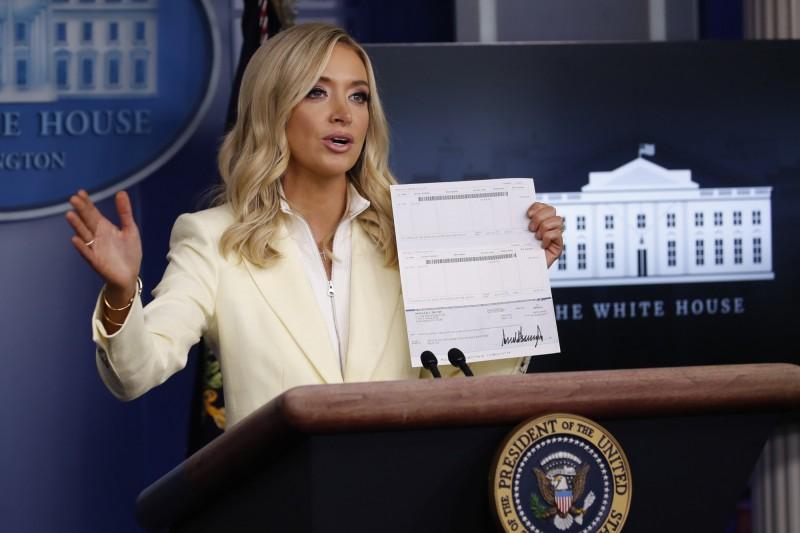白宮新聞秘書麥肯內妮宣布,總統川普將捐出單季薪水協助防疫,公開支票的同時也意外曝光川普的帳戶資訊。(美聯社)