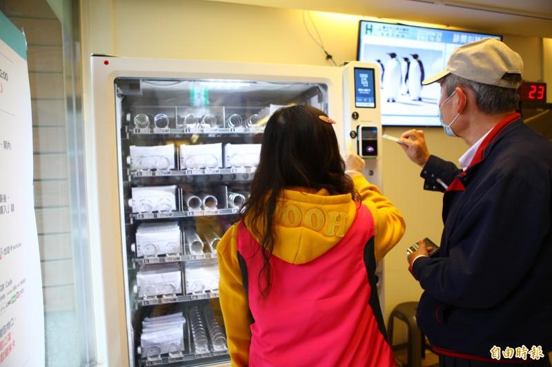 吳沛憶認為,口罩販賣機和POS機都要人照顧,號稱自動卻「根本不智慧」。(資料照)