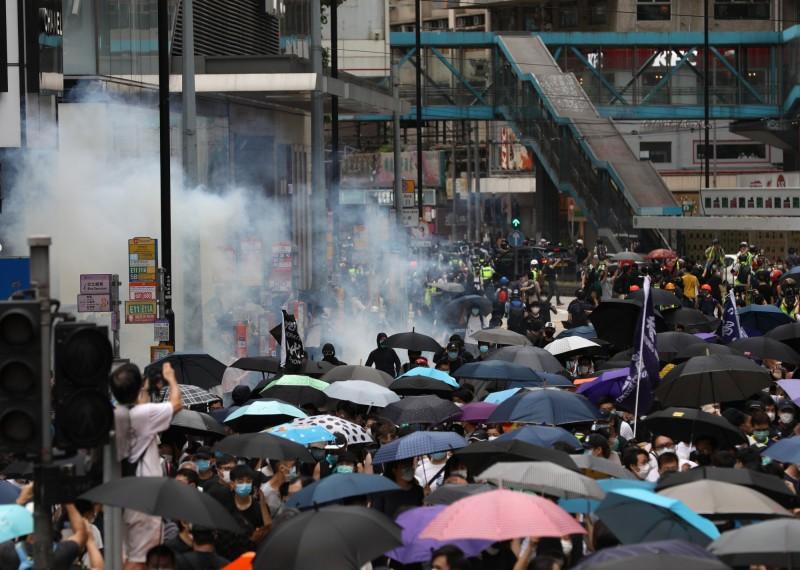 香港警方向遊行群眾發射多枚催淚彈。(歐新社)