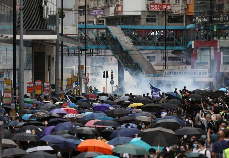 為抗議中共人大強推「港版國安法」,港人今天發起「反惡歌法大遊行」。(歐新社)