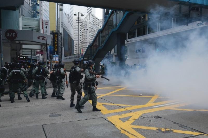 港警多次使用催淚彈催淚彈、胡椒球彈、胡椒噴霧等武力驅離群眾。(彭博)