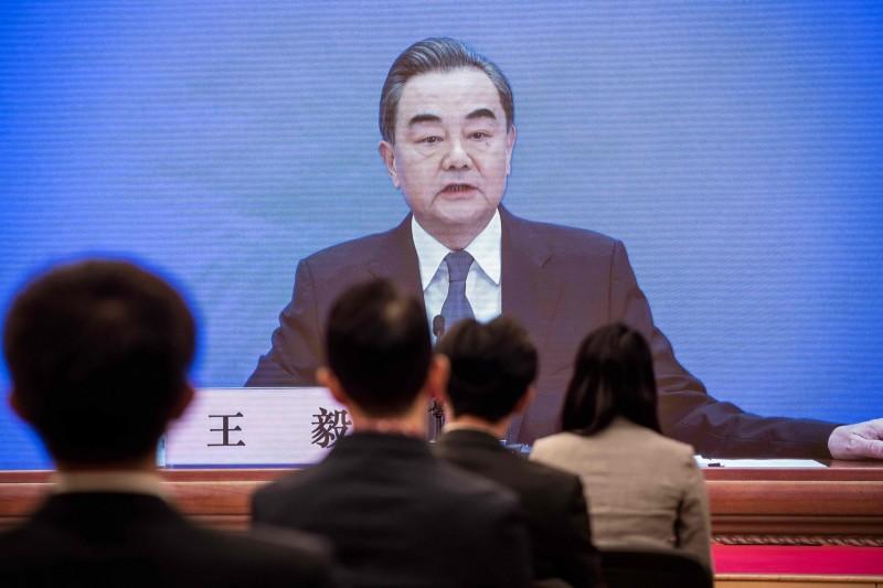中國外交部長王毅(見圖)今天(24日)在開記者會中聲稱「兩岸統一在一個中國原則下是歷史必然的趨勢」。外交部強調,台灣前途只有台灣人民有權決定,中國政府無權說三道四,中國欲強加「統一」於民主台灣,只凸顯其蔑視民意、敵視民主,與民主國家毫不相容。(法新社)