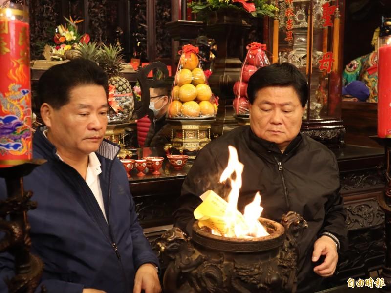 大甲鎮瀾宮董事長顏清標(右)因肝癌換肝,目前還在高雄長庚醫院加護病房。(記者歐素美攝)