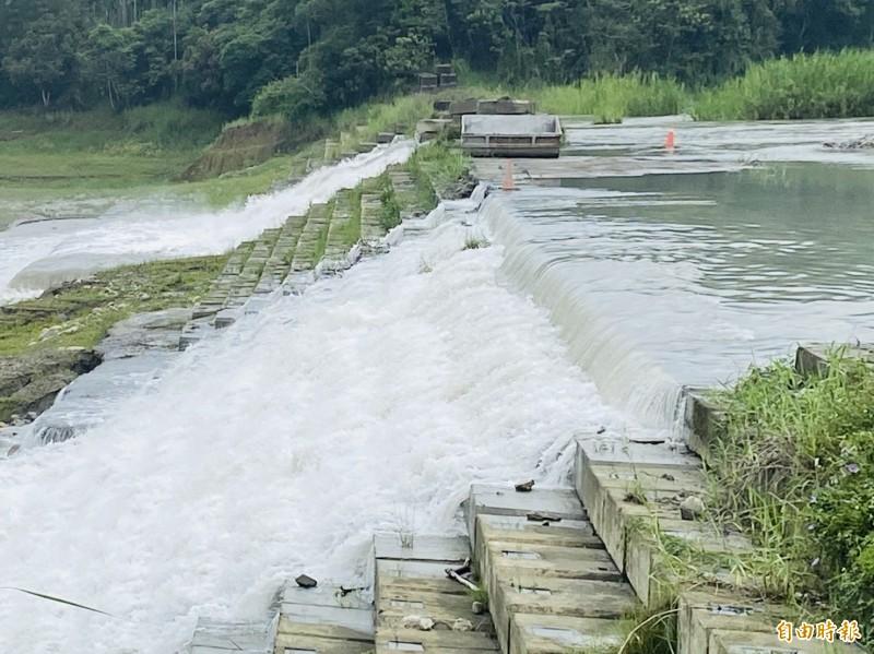 仁義潭水庫引人量大增,出現水瀑美景。(記者蔡宗勳攝)