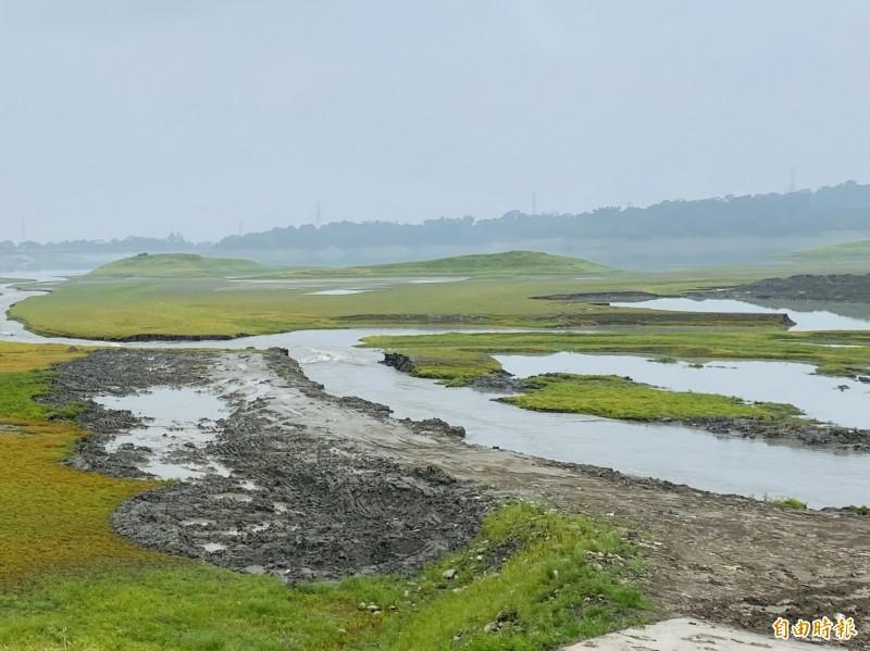 仁義潭水庫之前清淤處開始蓄水。(記者蔡宗勳攝)