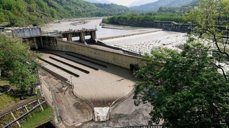 旗山溪濁度下降,南化水庫開始越域引水。(記者吳俊鋒翻攝)
