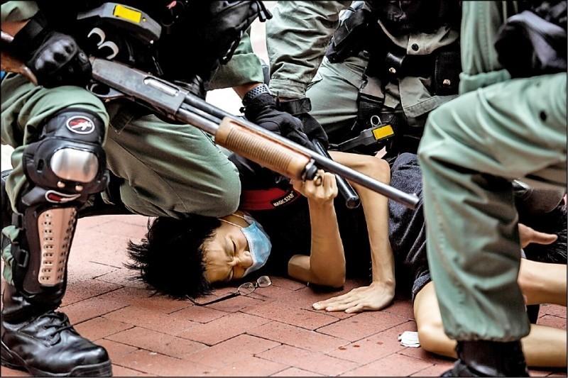 香港民眾昨上街反對「港版國安法」,香港警方動用催淚彈等武器,全面圍堵及驅離,並逮捕近200人。(法新社)