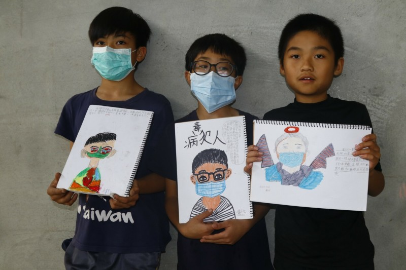 宜蘭縣岳明國小學生,加入戴口罩自畫像行列,一起見證歷史。(圖由李公元提供)