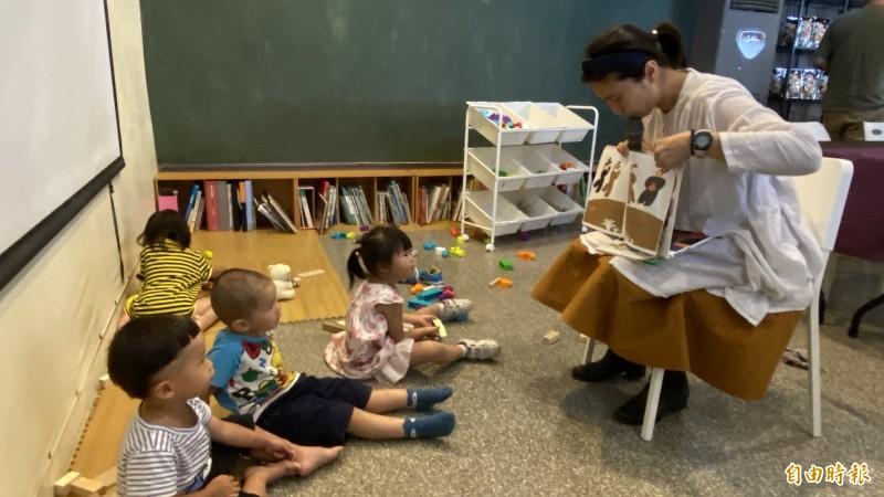 地利小食店舖內也是親子共學園,像導讀故事書。(記者楊金城攝)