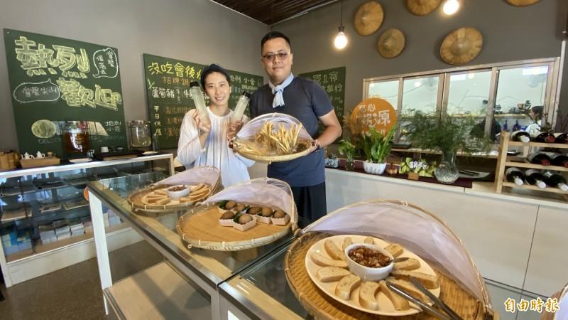 蔡仕霖(右)、徐麗敏(左)承租將軍農會閒置倉庫創立「地利小食」。(記者楊金城攝)
