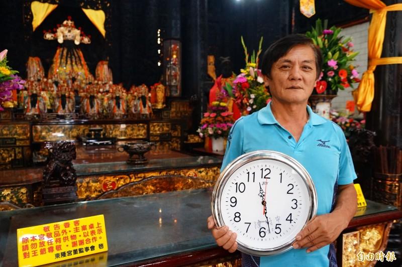 東港東隆宮廟方秀出衛福部長陳時中簽名的時鐘。(記者陳彥廷攝)