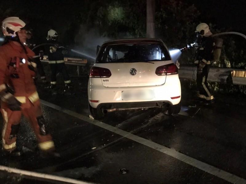 小客車深夜自撞起火,1人卡在副駕駛座外身亡、2人葬身火窟。(記者鄭淑婷翻攝)