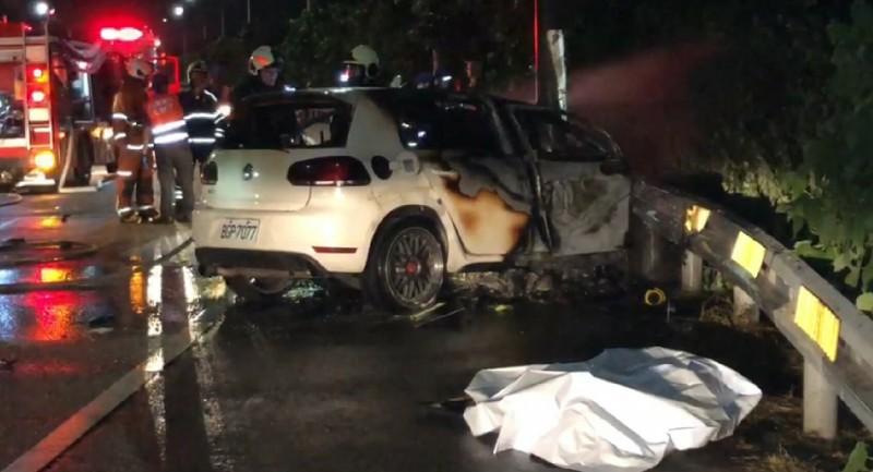 桃園市大園區大竹南路今天深夜自撞護欄釀3死,車上1人卡在副駕駛座外死亡、2人葬身火海。(記者鄭淑婷翻攝)