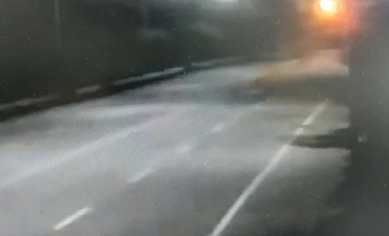 車輛自撞護欄後瞬間成了火球,車上3人均逃生不及死亡。(記者鄭淑婷翻攝)