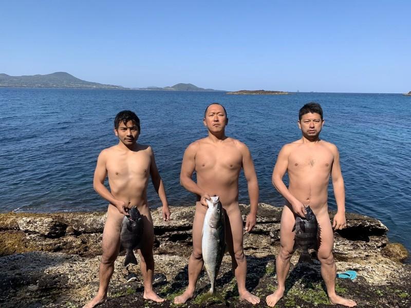 捕魚在無人島上已成為3名成員的日常生活。(圖擷自ken_osak@Twitter)