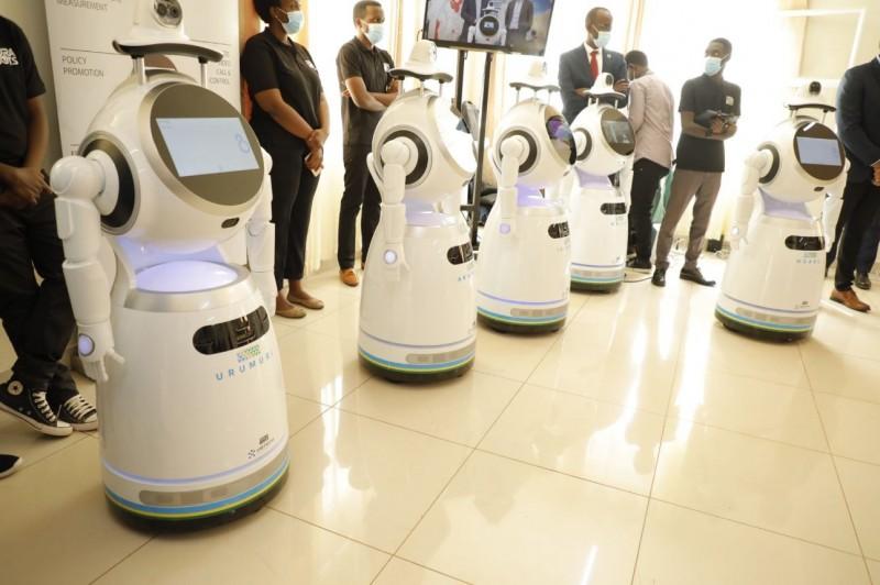 盧安達政府近期啟用聯合國捐贈的「防疫機器人」,進行病患體溫測量、狀態監控及醫療紀錄更新等,希望藉此維持對疫情的控制並保護前線醫衛人員。(圖取自盧安達資通部官方推特@RwandaICT)