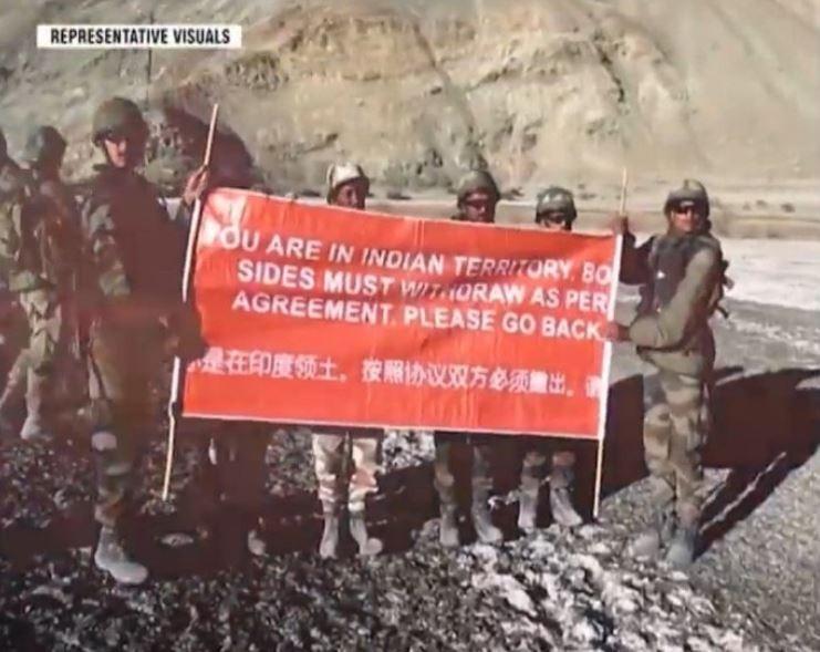 印度軍方帶著中、英雙語布條到達衝突地點,向中國軍隊喊話。(圖取自微博)