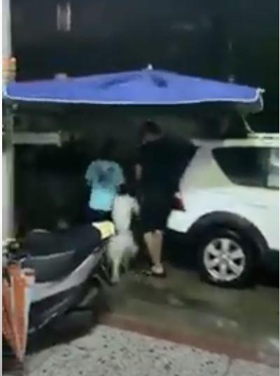網友抱怨老公雨天遛狗的裝備超浮誇。(取自爆廢公社)