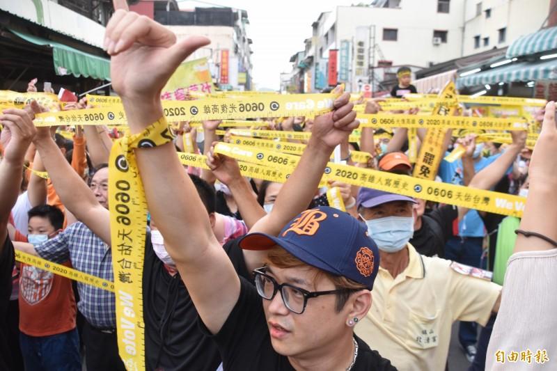 罷韓投票倒數,網傳反罷陣營有人獻策降低罷韓投票率,Wecare等公民團體呼籲民眾勿信「韓式詐欺」。圖為24日Wecare在高雄旗山和數百名支持者一起拉舉黃絲帶,疾呼「6月6號堅定罷韓」、「6月6號非韓不投」、「6月6號我會去投票」!(資料照,記者蘇福男攝)
