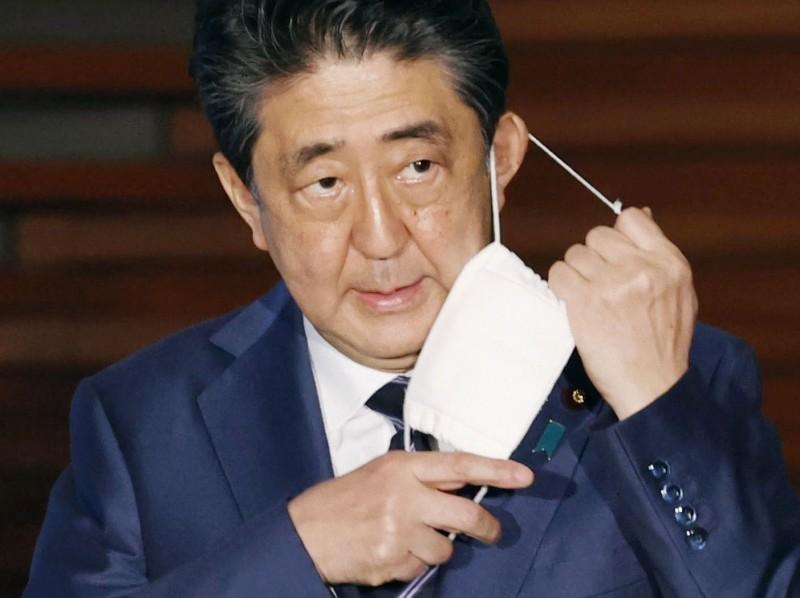 日本全國長逾1個半月的緊急狀態全部解除,首相安倍晉三預定傍晚召開記者會說明解除的理由。(路透)