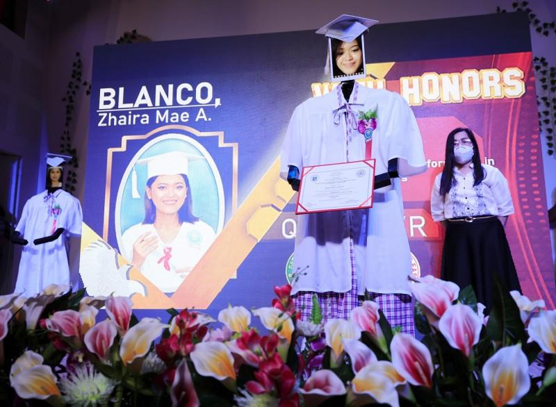 菲律賓一所高中為落實防疫,舉辦一場極為奇特的機器人畢業典禮。(歐新社)