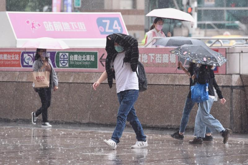 明(26)日中南部白天有雷陣雨出現,午後則是全台各地都需留意雷陣雨。(資料照)