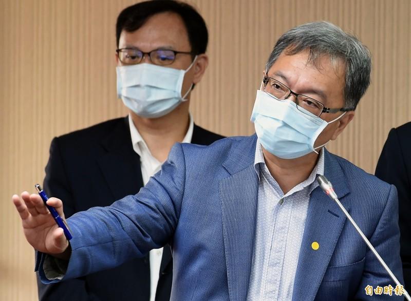 衛生福利部次長薛瑞元(右)25日赴立院衛環委員會報告並備質詢。(記者朱沛雄攝)