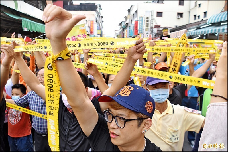 Wecare高雄和數百名支持者在旗山火車站糖鐵故事館前一起拉舉黃絲帶,疾呼「六月六號堅定罷韓」。(記者蘇福男攝)