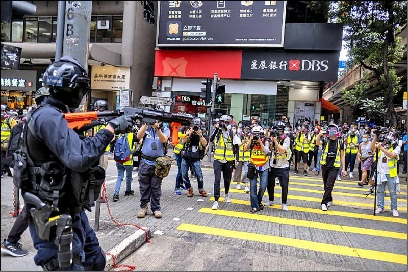 香港民眾昨上街反對「港版國安法」,香港警方動用催淚彈等武器,全面圍堵及驅離,並逮捕近兩百人。(彭博)
