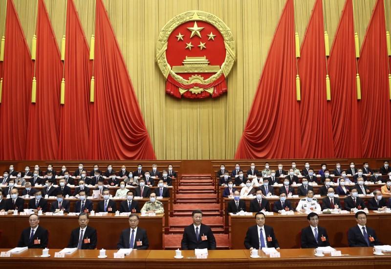 中國全國人大常委會委員長栗戰書今天在工作報告中說,全國人大今後一個階段仍堅持一個中國原則,在「九二共識」基礎上推動兩岸關係和平發展,是今年「兩會」文件首度提到「九二共識」。圖為中國全國人大開幕,習近平(前排中)等人合影。(美聯社資料照)